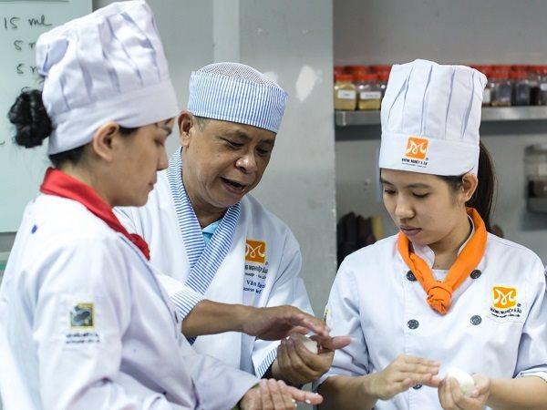 giảng viên bếp trưởng hướng dẫn