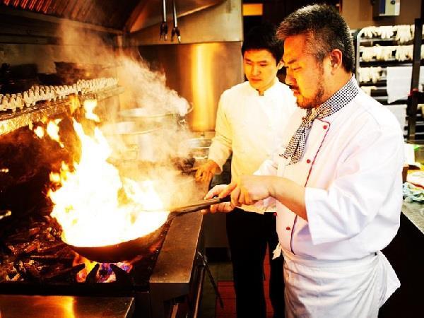 bếp trưởng chế biến món ăn trong nhà hàng