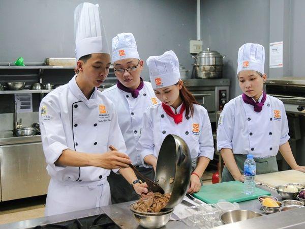 buổi học trong lớp bếp trưởng bếp âu