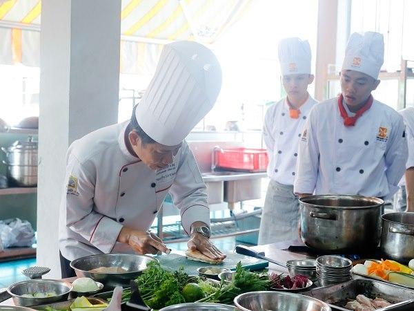 giảng viên chia sẻ bí quyết nấu ăn trong lớp chuyên đề