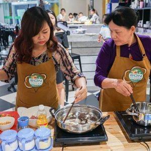 mẹ con cùng tham gia lớp học bếp gia đình