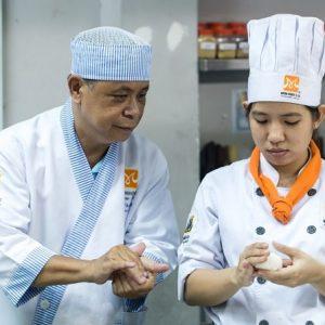 học viên thực hành trong khóa học nấu ăn