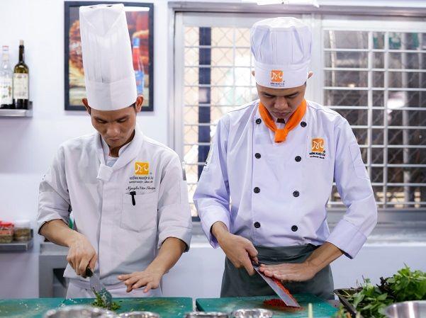 học kỹ năng phụ bếp đầu bếp cơ bản
